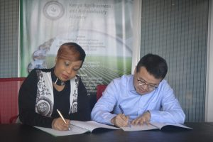 KAAA CEO and JLianco deputy General Manager Africa Branch Stephan Yuan sing a cooperation for development MOU.